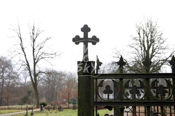 Metallkreuz Friedhofstor