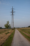 Strommast auf freiem Feld