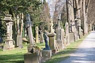 Reihe alter Grabsteine