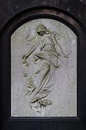 Frauenfigur auf Grabstein