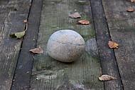 Runder Stein auf Holztisch