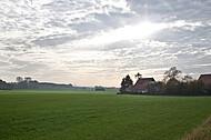 Wolkenhimmel über Bauernhaus