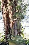 Steinfigur lesender Junge