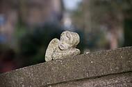 Engelsfigur auf Grabstein