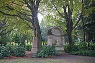 Großer Grabstein im Gegenlicht