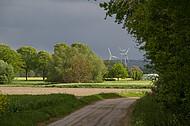 Windräder vor Gewitter