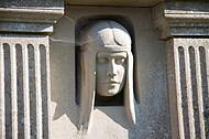 Frauenkopf auf Grabstein