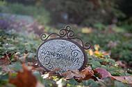 Altes Schild auf Grab