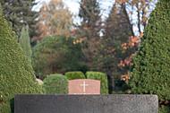 Weißes Kreuz auf Grabstein