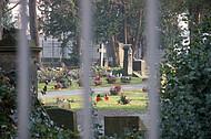 Blick durch Friedhofsgitter