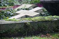 Liegendes Steinkreuz