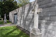 Steinkreuz neben Kapelle