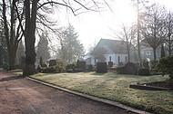 Friedhofszene mit Trauerhalle