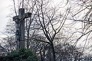 Großes Steinkreuz mit Jesusfigur