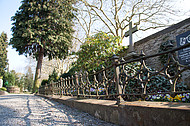 Friedhofsmauer mit Gitter