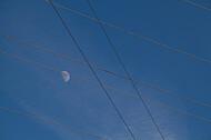 Mond an blauem Himmel