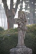 Geschmücktes Grabkreuz