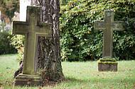 Alte Steinkreuze auf Rasen
