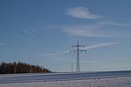 Strommast im Schnee